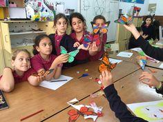 Mariposas en primavera. Nacen y crecen en el aula de Arts & Crafts. Después volarán por todo el colegio.