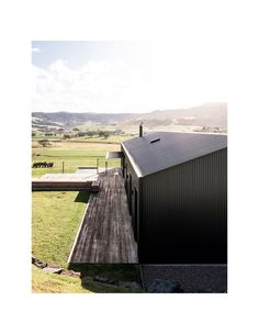 Exploring new forms in Australian vernacular architecture, with the Escarpment House by Atelier Andy Carson in Gerringong, NSW. Australian Sheds, Contemporary Farmhouse Exterior, Converted Barn Homes, Tin House, Farm House, Tin Shed, House Cladding, Modern Barn House, Black House Exterior