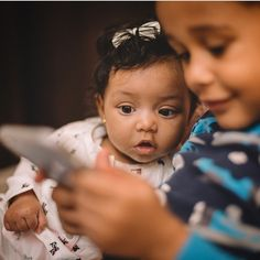 """""""#siblinglove We can't get enough of these two! Little sis wants to play games too. Cute photo by @davidhdphotography #munamommy #familyphotography…"""""""