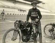 Vintage Motorcycles 15 Fascinating Vintage Photographs of Motorcycle Riders Posing in Their Cool Harley-Davidson Racing Jerseys from the and Harley Davidson History, Vintage Harley Davidson, Harley Davidson Bikes, Motorcycle Icon, Motorcycle Posters, Women Motorcycle, Motorcycle Garage, Motorcycle Helmets, Motos Vintage