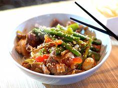 Beef teriyaki met roergebakken groene asperges, sugarsnaps en rijstnoedels