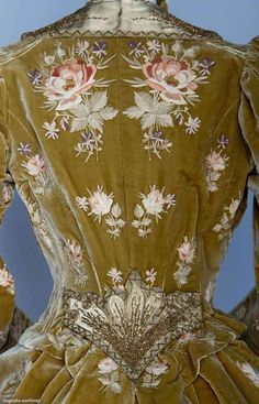 New York Vintage Linens Faun silk velvet. Evening ensemble with matching bonnet, French, c. 1890 silk velvet tambour embroidered in rose blossom pattern, gold beadwork Vintage Outfits, Vintage Gowns, Vintage Mode, Victorian Dresses, Victorian Gothic, Gothic Lolita, 1890s Fashion, Edwardian Fashion, Vintage Fashion
