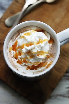 Creamy, rich Slow Cooker Salted Caramel Hot Chocolate made easy right in the crock pot! Salted Caramel Hot Chocolate, Chocolate Almond Milk, Crockpot Hot Chocolate, Hot Chocolate Bars, Hot Chocolate Recipes, Chocolate Girls, Chocolate Party, Slow Cooker Recipes, Crockpot Recipes