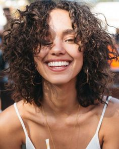 Do you like your wavy hair and do not change it for anything? But it's not always easy to put your curls in value … Need some hairstyle ideas to magnify your wavy hair? Curly Hair Cuts, Wavy Hair, New Hair, Your Hair, Curly Hair With Fringe, Curly Hair Bangs, Curly Hair For Prom, Curly Hair Model, Curly Perm