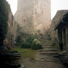 medieval street Backway entrance to the castle. Narnia, Outlander, Hawke Dragon Age, Pillars Of Eternity, Yennefer Of Vengerberg, Medieval Fantasy, Medieval Castle, Merida, The Villain