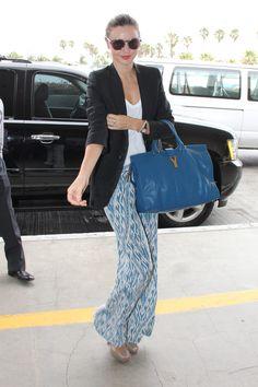 Pantalones anchos con estampado ikat azul con top blanco de algodón, y blazer negro #naturalchic