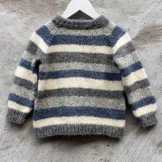 Om modellen: Brormand sweateren strikkes fra halsen og ned. Halsribben tager udgangspunkt i opslagsteknikken usynlig opslagning / provisional cast...