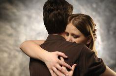 4 Tipps, um Wut hinter sich zu lassen - An der Wut festzuhalten ist wie nach einer heißen Kohle zu greifen und sie nach jemandem zu werfen; du bist derjenige, der sich die Hand verbrennt.