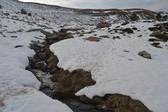 Arroyo entre nieve