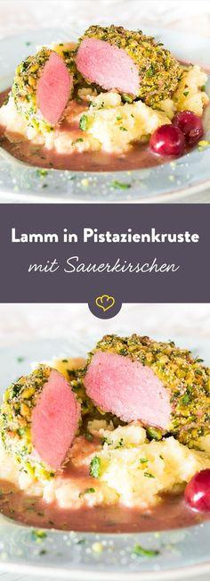 Zartrosa mit einer knackigen Pistazienkruste ist diese schnell gemachte Lamm-Leckerei ein echter Gaumenschmaus. Und der Hingucker auf dem Ostertisch.