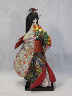 和紙(揉み紙)で作った人形です。高さ約 23cmです。