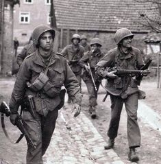 US troops in Normandy - M1 Garand, Military Photos, Military History, Military Humor, Military Veterans, Military Uniforms, D Day Normandy, Historia Universal, Ww2 Photos