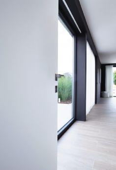 Specialisten adviseren om de binnendeuren zo hoog mogelijk te nemen voor extra ruimtegevoel en meer gebruikscomfort. Foto: www.argentalu.com (binnendeur • modern • wit • parket)
