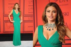 sofia vergara is glam in an emerald green Herve Leroux gown. and look at the those Lorraine Schwartz jewels! that is definitely a statement necklace. emeralds & diamonds!! wow!
