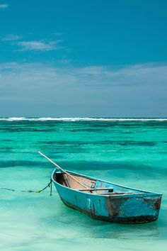 Turquoise/aqua/teal ocean and row boat Pinterest Pinturas, Shades Of Turquoise, Teal, Turquoise Water, Turquoise Color, Peacock Blue, Am Meer, Ocean Beach, Ocean Waves