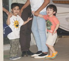 Taimur Ali Khan was spotted bonding with Tusshar Kapoor s son Laksshya Kapoor while on a playdate in Bandra, Mumbai. Baby Boy Dress, Baby Boy Outfits, Taimur Ali Khan, Bollywood Stars, T Shirts For Women, Couples, Star Kids, Boys, Cute
