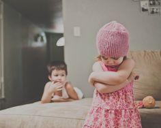 """La mayoría de los expertos en crianza sugieren que cuando los hijos """"se portan mal"""" la mejor manera de actuar es mediante """"consecuencias"""". A los padres se les dice que dejar a los niños experimentar las consecuencias de sus erróneas decisiones les enseñará lecciones."""