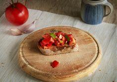 Budete potřebovat: 200 g cherry rajčat pár lístků bazalky 2x stroužek česneku 2 krajíce ciabatty olivový olej sůl   Cherry rajčata nakrájíme na středně velké kousky, česnek nastouháme nebo nasekáme na drobno, vložíme do mísy společně s natrhanými lístky bazalky. Osolíme a zastříkneme olejem. Promícháme a takto připravenou směs necháme odpočinout v lednici. Mezitím co směs odpočívá v lednici si připravíme ciabattu. Ciabattt opečeme na rozpálené pánvy. Nakonec navrch dáme rajčata.