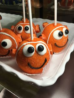 These Finding Nemo candy apples are as cute as can be! Disney Cake Pops, Disney Cakes, Disney Food, Cakepops, Finding Nemo Cake, Finding Dory, Oreos, Gourmet Candy Apples, Caramel Apples