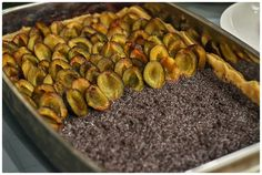 Pokud máte opravdu velkou zásobu švestek, milujete kombinaci s mákem a nebo tvarohem a připadá vám, že všechno nejde dohromady naráz, zkuste... Grill Pan, Nutella, Sprouts, Grilling, Food And Drink, Vegetables, Blackberries, Bakken, Griddle Pan