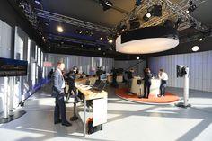 In einem einzigen TV Studio haben viele verschiedene Personen ihren Arbeitsplatz.