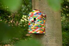 Natuurmonumenten nodigt op zondag 25 november kinderen uit die bij Legoworld de mooiste vogelhuisjes van lego bouwden. De huisjes worden echt opgehangen.