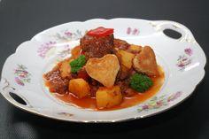 Ungarisches Gulasch Thai Red Curry, Pork, Teller, Sweet, Ethnic Recipes, Handmade, Credenzas, Easy Meals, Recipes