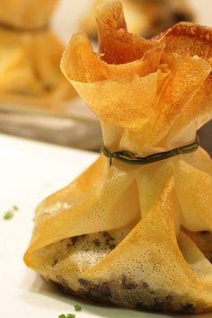 Cenas ligeras con amigos   Galería de fotos 4 de 16   Stylelovely Snack Recipes, Snacks, Chips, Gastronomia, Pink, Pork Fillet, Chicken Skewers, Phyllo Dough, Kitchens