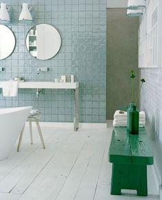 Leuk zo'n stoere brocante bank in de badkamer; bijzonder met die kleur! Kijk voor de mooiste oude brocante banken bij www.old-basics.nl