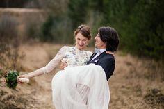 Real Wedding Shot! Wunderschönes Brautkleid von Needle&Thread mit Pailleten, Kristallen und Perlen. Mehr auf http://www.wonderwed.de/inspiration #needle&thread #weiß #pailleten #perlen #kristalle