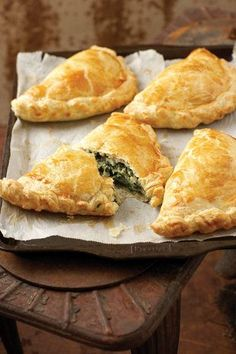 Spinasie-en-fetakaas-pasteie (Spinach and feta cheese-pies) South African Dishes, South African Recipes, Africa Recipes, Kos, Savoury Baking, Savoury Dishes, Savoury Tarts, Quiches, Spinach Feta Pie