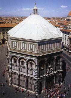 Battistero di Firenze; XI-XII secolo d.C.; Firenze.  Il battistero presenta una semplice pianta ottogonale tipica dell'epoca tardo-antica bizantina. La copertura è doppia: mentre all'esterno presenta una forma a piramide di marmo bianco, all'interno è ricoperta da una cupola che è stata ricoperta di mosaici.  La sommità, infine, si conclude con una lanterna di marmo bianco, sempre a pianta ottogonale.