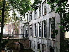 Je bent Utrechter: Kromme Nieuwe Gracht - vroeger Bonifatius Lyceum, daarna Tim van der Laan Fysio en nu Schroevers Opleidingen.