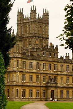 Highclere-Castle. Home of George Herbert, 5th Earl of Carnarvon who was the financial backer for the Tutankamun expedition in Egypt. The castle is the home of the present Lord and Lady Carnarvon. Hampshire, ENGLAND.