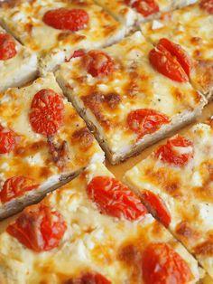 Broileri-feta-tomaatti peltipiirakka on mättöherkkujen kingi - Kulinaari-ruokablogi Feta, Takana, Hawaiian Pizza, Mozzarella, Curry, Cheese, Cooking, Kitchen, Curries