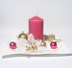 Luxusní+vánoční+svícen+/+megalomanský+minimalismus+Nádherný+vánoční+svícen+na+porcelánovém+tácu,+zdoben+bílými+květy+se+zlatým+zdobením,+zlatými+a+růžovými+ozdobami,+zlatým+drátkem+a+zlatou+větvičkou.+Na+světle+se+celý+krásně+třpytí.+Svíčka+je+růžová,+barva+odpovídá+fotce.+Velikost+cca+22cm+a+výška+cca+12cm.+Originál,+vyroben+s+láskou!+:)+Nenechávejte... Pillar Candles, Minimalism, Candles