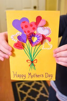 Mother's day is just around the corner! We have been crafting like mad over here between all the fun Easter crafts, spring crafts and now Mothers day crafts coming up. This sweet card is perfect Mothers Day Card Kids, Diy Mothers Day Gifts, Foto Youtube, Easy Mother's Day Crafts, Mothersday Cards, Happy Mother's Day Card, Kids Birthday Cards, Diy Birthday Presents For Mom, Mother's Day Diy