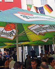 Esta es una aplicación muy impactante de una cervecera alemana que utiliza la estampación digital directa para Promocionar su marca en parasoles donde la gente se congrega a disfrutar. La policromía con colores verdes muy intensos está muy bien lograda. En Bogotá Valtec, Auros Copias y Alangraph cuentan con plotter Mimaki DS1600 y Calandras especializadas. Además usan tintas Terasil Bright de Hutsman que les permiten este tipo de resultados de color vibrante.