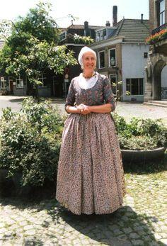 Geschiedenis van Vlaardingen - Klederdrachten uit 1890. De kleding was afkomstig uit het Museum Vlaardingen. Op deze foto staat een redersvrouw in kleurige dracht op de Markt. Op 25 juli 1890 kreeg de Arnold Hoogvlietstraat officieel zijn naam. Dit werd 100 jaar later gevierd. #ZuidHolland #Vlaardingen