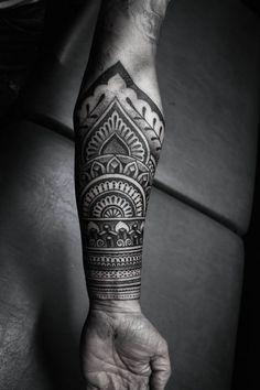 unterarm blackwork tattoo männer dotwork
