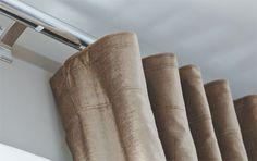 As cortinas de veludo (JRJ) exibem pregas wave, de efeito ondulado, que são sustentadas por um varão com trilhos (Trilho Suisso). A escrivaninha de jacarandá do século 18 pertenceu à sogra de Helena. Tela do baiano Fernando Coelho. A chaise de couro da Casual Interiores acompanha os tons terrosos da ambientação.