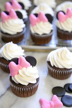 Chocolate Cupcakes with Vanilla Buttercream (And a Minnie Mouse Cupcake Tutorial… Schokoladen Cupcakes mit Vanille Buttercreme (und ein Minnie Mouse Cupcake Tutorial) Mini Mouse Cupcakes, Minnie Cupcakes, Minnie Mouse Cookies, Minnie Mouse Birthday Cakes, Bolo Minnie, Minnie Mouse Cake, Giant Cupcakes, Fun Cupcakes, Cupcake Cakes