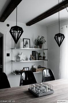 industristil,köksö,hyllor,vita väggar,stjärna,dödens lampor,interiör,inredning Home Interior Design, Home Kitchens, Bookcase, Shelves, Ceiling Lights, Lighting, Inspiration, Home Decor, Living Rooms