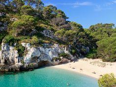 Découvrez nos bonnes adresses à Minorque, l'île espagnole paradisiaque située à seulement 2 heures de Paris. Costa, Destination Soleil, Destinations, Menorca, Saint Tropez, Mauritius, Europe, River, World