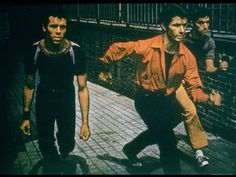 George Chakiris as Bernardo Leads Two Others Into Turf of Rival Gang in West Side Story Reproduction photographique sur papier de qualité