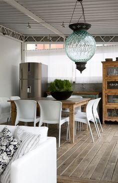A arquiteta Letícia Nobel mesclou o rústico e o contemporâneo de forma sutil, criando atmosfera acolhedora nesta sala de almoço.