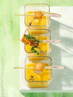 Pikante Melonenkaltschale mit Lachsspießchen auf Zitronengras | Kalorien: 224 Kcal | http://eatsmarter.de/rezepte/pikante-melonenkaltschale