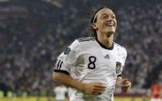 Il centrocampista Ozil in forse per Germania - Italia di domani #nazionale # #calcio # #germania #italia # #ozil