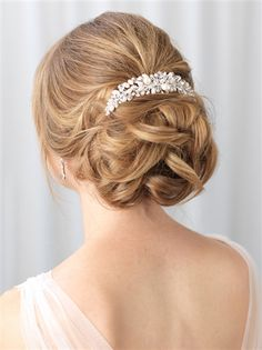 Bridal hair comb features genuine Swarovski crystals and freshwater pearls for a classic touch of beauty to your bridal hairstyle.