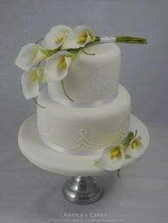 Calla wedding cake / calla bruidstaart I like three on the top and two on the base--PERFECTION! (lime green callas, of course) Fondant Flower Cake, Fondant Cakes, Cupcake Cakes, Cake Art, Art Cakes, Amazing Wedding Cakes, Fashion Cakes, Cake Gallery, Holiday Cakes